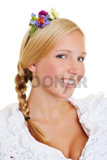 Blonde Frau mit Blumenschmuck im Haar