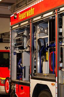 Feuerwehr Einsatzwagen mit offener Seitenwand
