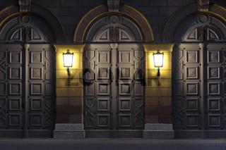 Zwei Leuchter beleuchten historische Türen, Deutschland