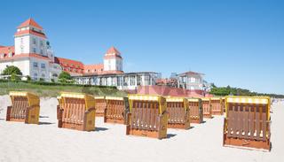 Strand mit Kurhaus von Binz