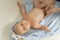 Baby wird massiert