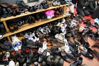 Schuhe vor einer Moschee in Deutschland