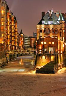 Nachts in der Speicherstadt Hamburg im Winter bei Eis und Schnee; winter night in the famous Speicherstadt, Hamburg