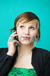 Junge Frau telefoniert mit dem Handy
