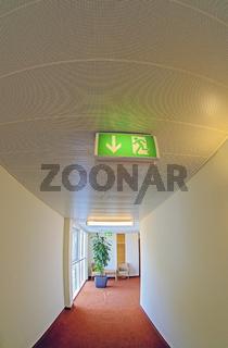 Mit beleuchteten Schildern markierter Fluchtweg in einem Hotel