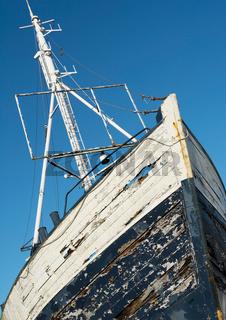 Altes verlassenes Fischerboot, Hochformat