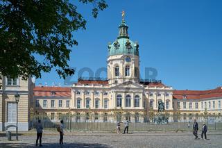 Touristen vor dem Eingang zum Schloss Charlottenburg in Berlin