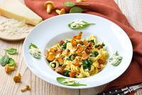 Tagliatelle with fresh chanterelles and spinach