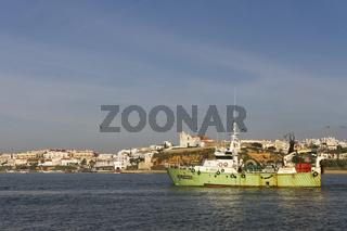 Stadtansicht von Ferragudo und Fischerboot
