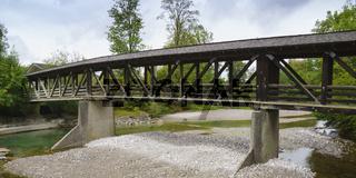 Gedeckte Holzbruecke ueber dem Fluss Weissach, Oberbayern, Bayern, Deutschland, Europa