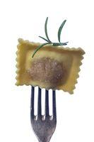 einzelne rohe Ravioli auf einer Gabel