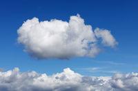 Blauer Himmel mit einer einzelnen Cumuluswolke