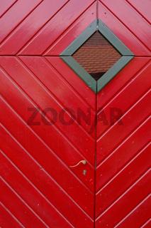 rote Tür mit Fenster