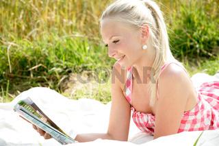 junge Frau mit Zeitung