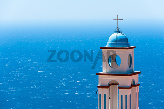 Kirchturm über dem Meer