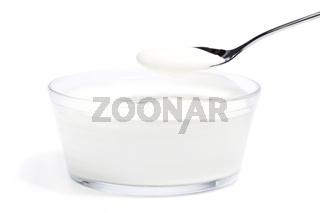 joghurt in einer schale mit einem löffel voll joghurt