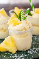 Softeis mit Ananas und Kokos