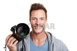Lachender Mann hält Spiegelreflexkamera
