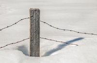 Stacheldraht im Schnee
