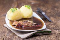 gebratenes Schweinefleisch mit Kartoffelknödeln