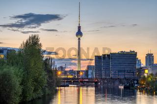 Der berühmte Fernsehturm und die Spree in Berlin