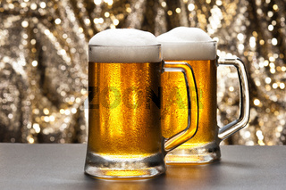 Bierkrug vor einem glitzernden Hintergrund mit einem kühlen Bier