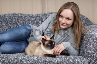 junge Frau mit Katze