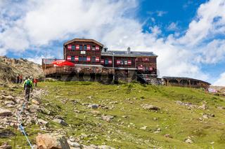 Die beliebte Vernagthütte im Ötztal bei Vent, Südtirol, Österreich