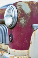 """Ein roter Ford """"Konsul"""", Baujahr 1954 mit verwittertem Lack."""