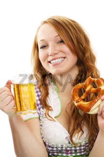 junge glückliche frau in dirndl mit bier und brezel