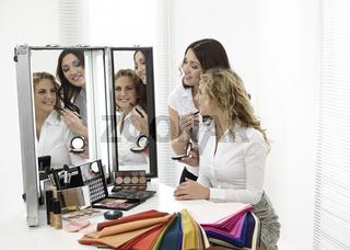 Zwei Mädchen im Make Up Studio