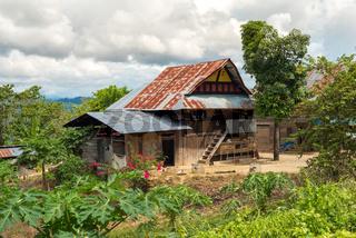 Typisches Haus in einem Indonesischen Dorf im Norden von Sulawesi