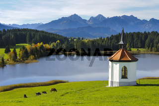 Kapelle und See in Bayern