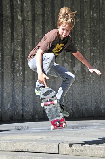 Elfjähriger Skater, macht einen Ollie, Köln, Nordrhein-Westfalen, Deutschland, Europa
