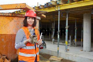 Frau als Handwerker oder Arbeiter auf einer Baustelle