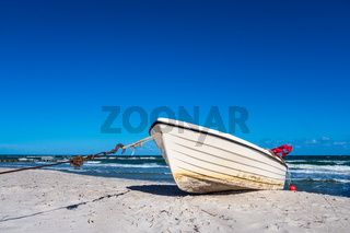 Fischerboot an der Ostseeküste bei Zingst auf dem Fischland-Darß