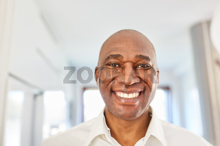 Porträt von einem glücklichen afrikanischen Mann