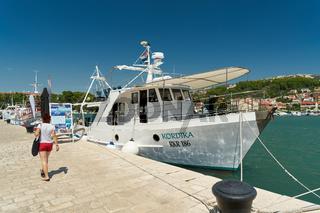 Ausflugsboot im Hafen der Stadt Rab an der Adria in Kroatien