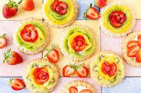 Kleine Kuchen mit frischem Obst
