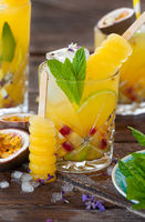 Bunter Cocktail mit Maracuja