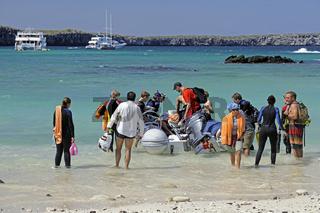 Touristen besteigen Schlauchboot,  Darwins Bay,  Insel Genovesa,