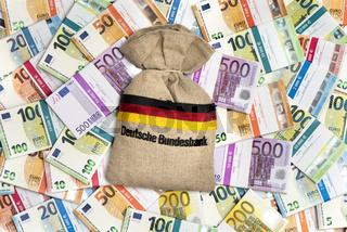 Geldsack der Bundesbank mit Euro Geldbündel
