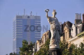 Siegesgöttin, Place Rouppe, Rouppeplaat, dahinter Tour du Midi, höchstes Gebäude in Belgien, Gebäude der Europäischen Union, Brüssel, Belgien, Europa