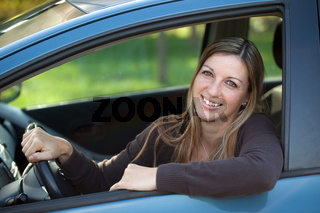 Entspannte Autofahrerin