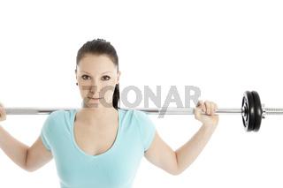 Frau beim Krafttraining mit Langhantel