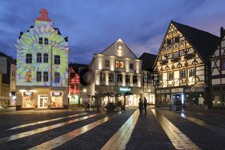 Beleuchtete Fachwerkhaeuser am Markt, Unna, Ruhrgebiet, Nordrhein-Westfalen, Deutschland, Europa