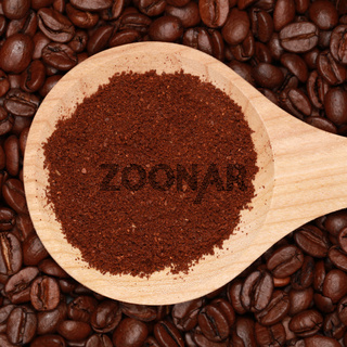 Kaffee auf einem Holzlöffel