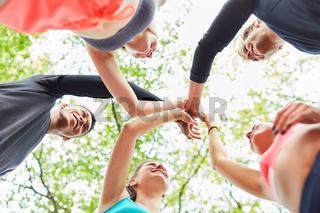 Junge Leute beim High Five geben in der Natur