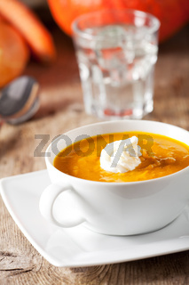Kürbissuppe in einer Suppentasse