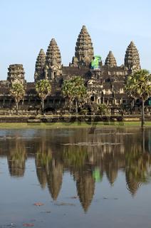 DieTempelanlage Angkor Wat spiegelt sich in einem See